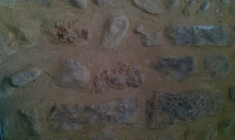 mur enduit avec traces d 39 humidit pierres apparentes sur mur brut relooker. Black Bedroom Furniture Sets. Home Design Ideas