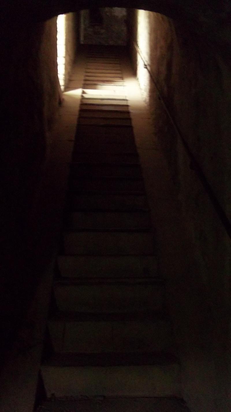 photographie d'un escalier dans un tunnel, avec puit de lumière