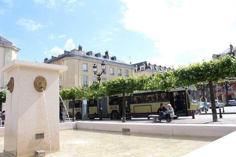 Le 731 pose devant la fontaine de la place du forum