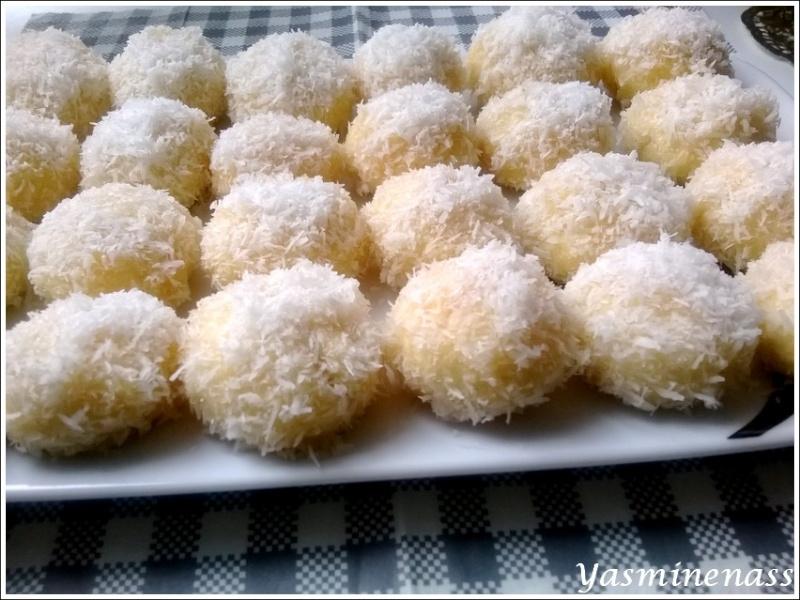 Mélanger d\u0027abord le beurre et le sucre, ajouter les œufs, puis la noix de  coco et enfin le sachet de levure chimique, bien mélanger et ajouter au fur  et à