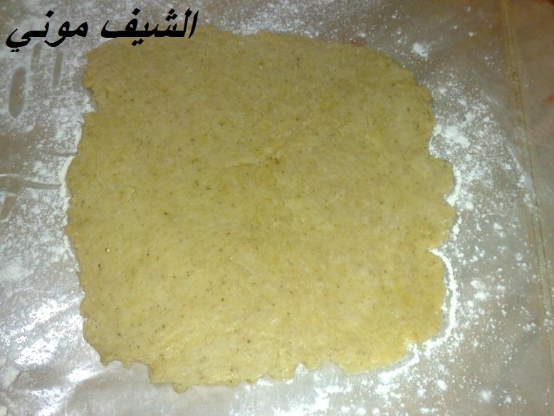 الطريقه: هنحط كل المكونات الجافه مع بعض ونخلطهم ونضيفلهم الزيت