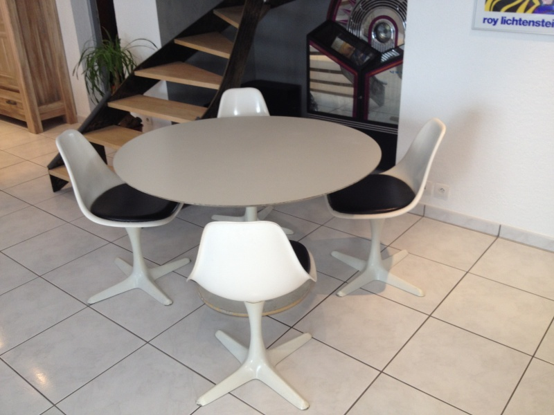 vends table pied tulipe avec 4 chaises arkana. Black Bedroom Furniture Sets. Home Design Ideas