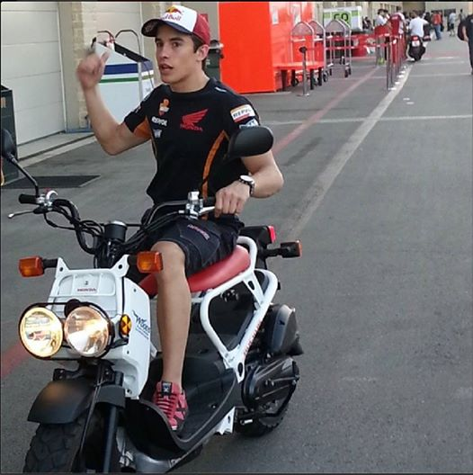 marc marquez teste la nouvelle speed triple r. Black Bedroom Furniture Sets. Home Design Ideas
